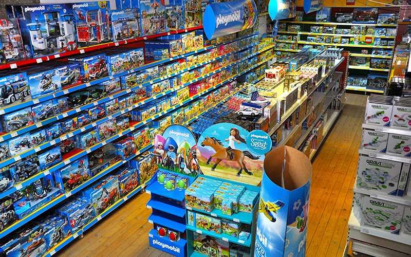 Gänge im Fish Fever Ladengeschäft - Sortiment mit Spielwaren von Playmobil und LEGO