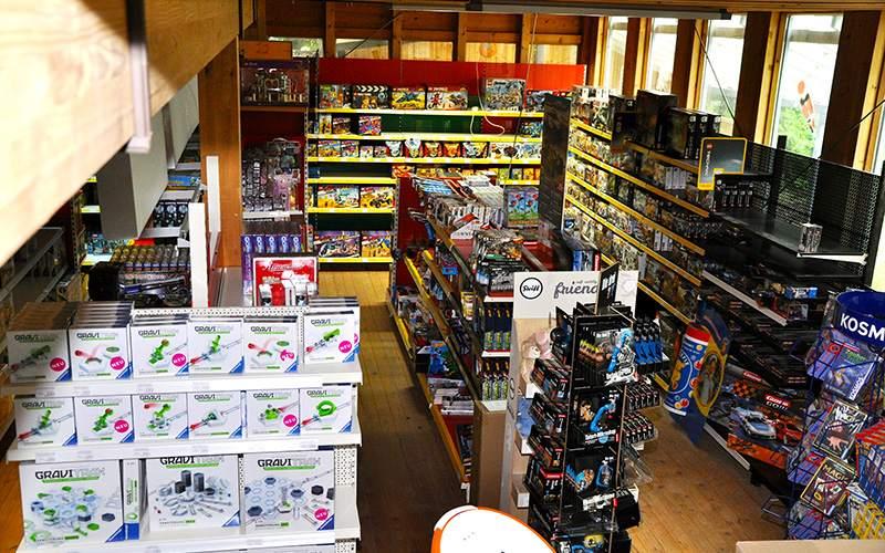 Fish Fever Gänge durch den Laden in der Spielzeug-Abteilung mit viel Spielzeug in den Regalen